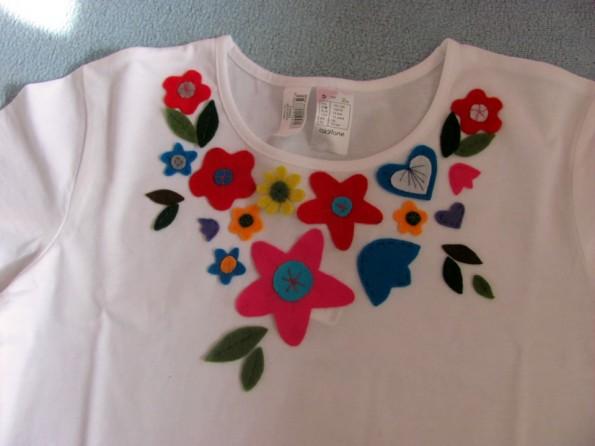 Tricou cu aplicatii florale